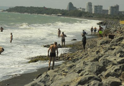 "Морето ""изяде"" плажа до солниците в Бургас (СНИМКИ)"