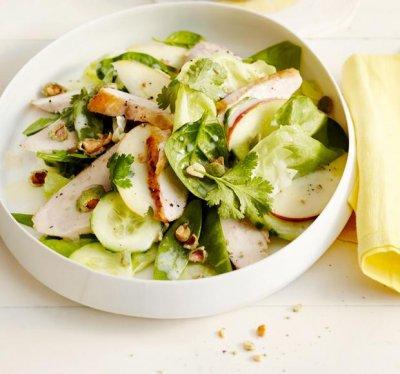 Пикантна салата с пилешко и ядки уасаби
