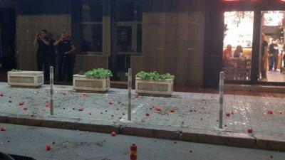 Протестиращи обстрелваха с яйца и домати централата на НФСБ