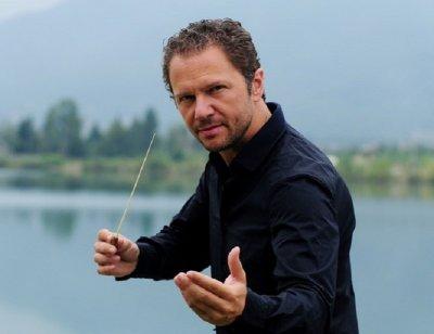 Мартин Пантелеев дирижира концерт край фонтана за празника на Варна