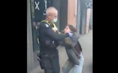 Полицай души момиче, било без маска (БРУТАЛНО ВИДЕО)