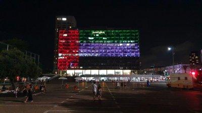 ИСТОРИЧЕСКО: Сградата на кметството в Тел Авив светна в цветовете на ОАЕ