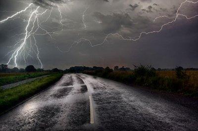 Дъжд, гръмотевици и градушки на запад, на изток - слънчево