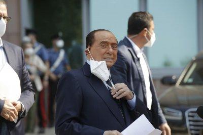 Берлускони излезе от болницата след 11-дневно лечение