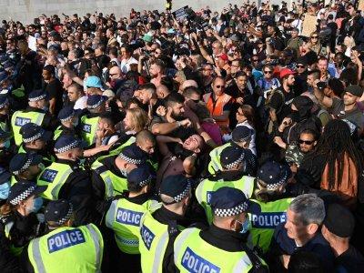 Арести и глоби в Англия заради бунтове срещу COVID мерките