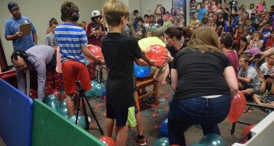 Рекорд! 200 спукани балона за 15 секунди