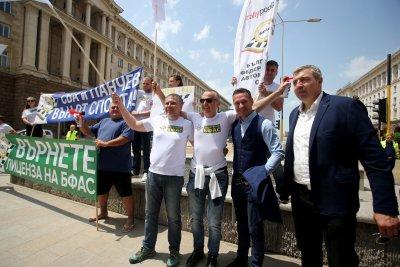 Автомобилистите на протест заради отнетия лиценз на БФАС (СНИМКИ)