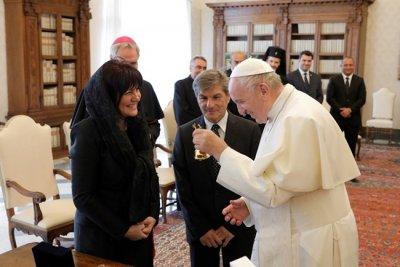 Папата се радва на парламентарния ни звънец (СНИМКИ)