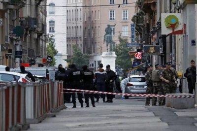 Властите в Лион още търсят атентатора