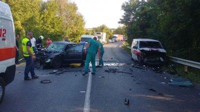 Млад мъж и жена са загиналите в катастрофата край