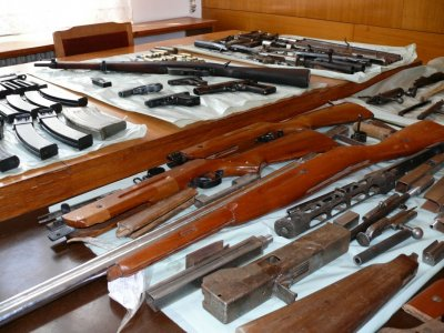 Иззеха незаконно оръжие