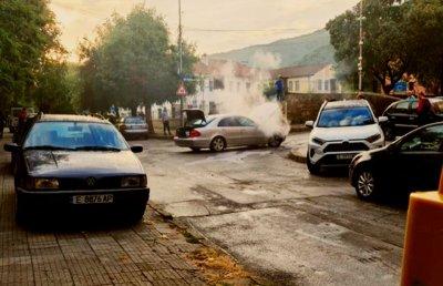 """""""Мерцедес"""" се запали в движение в Петрич (СНИМКА)"""