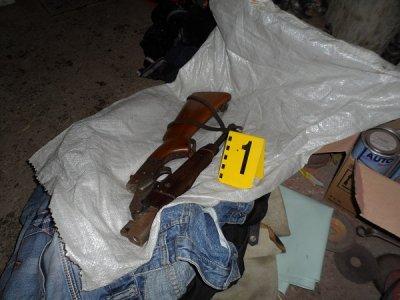 Арестуваха двама с оръжие и боеприпаси