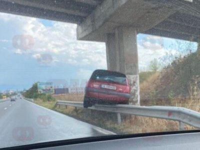 """Автомобил """"кацна"""" върху мантинела при зрелищна катастрофа в Бургас"""