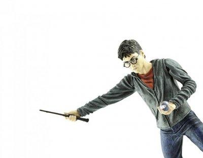 Бронзова статуя на Хари Потър с метла в центъра на Лондон