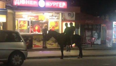 Роми събраха очите на столичани - поръчаха си дюнер... на кон