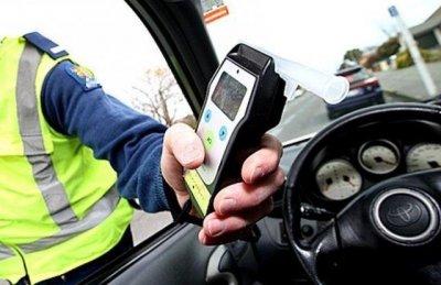 Задържаха двама полицаи, намаляли проби на пияни шофьори