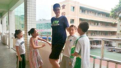 14-годишен китаец е висок 221 см