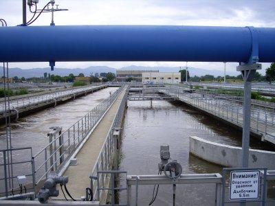Отломки от срутена фабрика запушили канал за отпадни води в Нови Искър