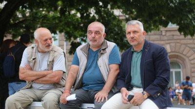 Отровното трио набира доброволци