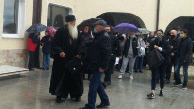 """Миряни бранят прогонен игумен на манастир """"Благовещение"""""""