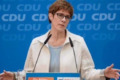 Партията на Меркел отложи избора на нов лидер