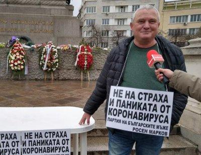 Зевзекът Росен Марков легна в ковчег - срещу паниката от COVID-19 (ВИДЕО)