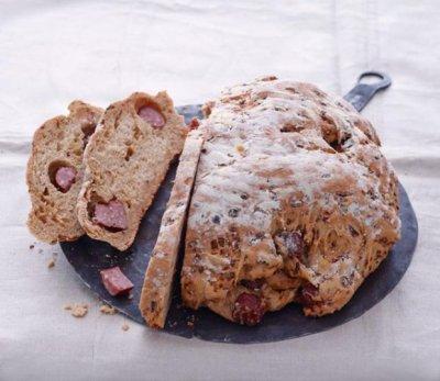 Зелев хляб с колбас и ким