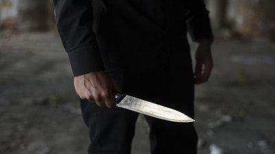 Мъж заплаши с ножове полицаи в Париж