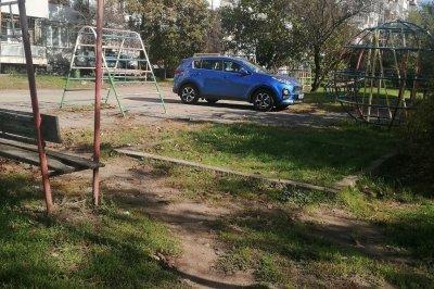 "Малоумник паркира колата си насред детска площадка в ""Сухата река"""