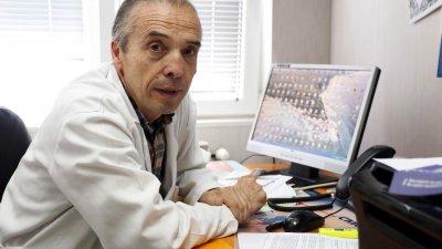 Доц. Мангъров с нова атака срещу лечението по телефона