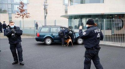 Кола се заби в офиса на Меркел