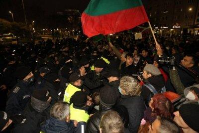 Пуснаха с различни мерки петимата хулигани от снощния протест