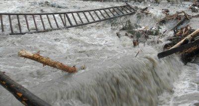 Янтра затлачила моста на пътя Горна Оряховица - Първомайци