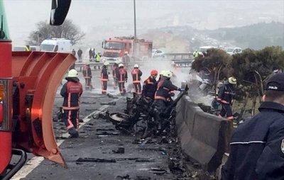 Един човек загина и 15 бяха ранени при катастрофа в Истанбул