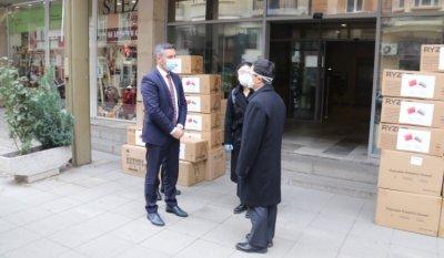 Китай дари маски на невярващите в заразата бесепари