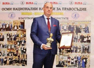 Проф. Атанас Семов дари Теодор Чипев с Гран При за право