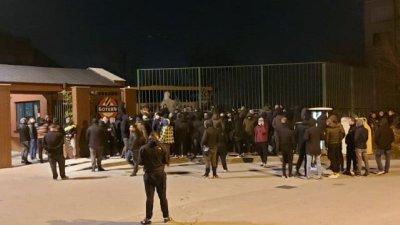 Бесни фенове обсадиха базата на Ботев заради резила с Локо