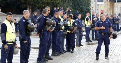 Полицаите блокират НС с протест за заплати