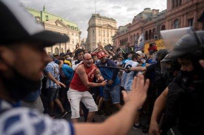 Очаквано: Бой между полиция и фенове на поклонението на Марадона
