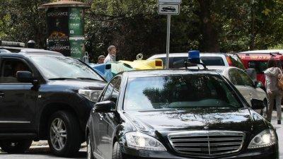 Нова драма: Сокол се заби в мерцедеса на министър Ангелов