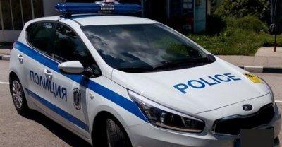 Двама младежи нападнаха и обраха мъж пред блока му
