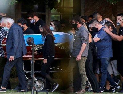 Марадона погребан до родителите му