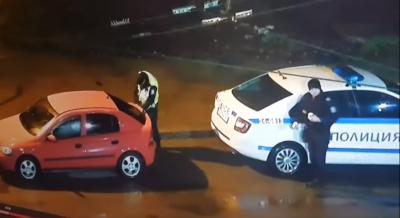 Нечувано: Полицай краде емблемите на частна кола (ВИДЕО)