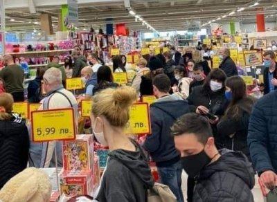 """Covid-шопинг: Стотици се натъпкаха в """"Джъмбо"""", веригата работи на пълни обороти"""
