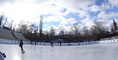 """Зимна радост: Ледената пързалка на стадион """"Юнак"""" отваря врати"""