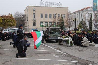 Нова Загора се сбогува с прегазения полицай
