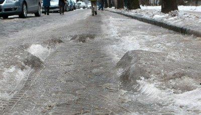 В София чистиха опасни и стръмни заледени улици