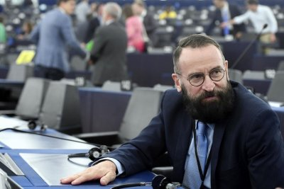 Евродепутатът консерватор-хомофоб се оказа твърде либерален в секса