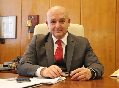 Началникът на ВМА и на НОЩ ген. проф. Венцислав Мутафчийски секунди преди да бъде ваксиниран срещу COVID-19